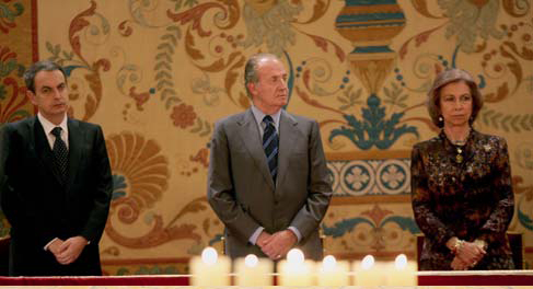 His Majesty the King Juan Carlos I, Her Majesty the Queen Sofía and the President of the Government, José Luis Rodríguez Zapatero, at the Holocaust Remembrance Day ceremony (January 2006).